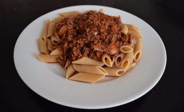 Jauhelihaa tomaattikastikkeessa ja pastaa